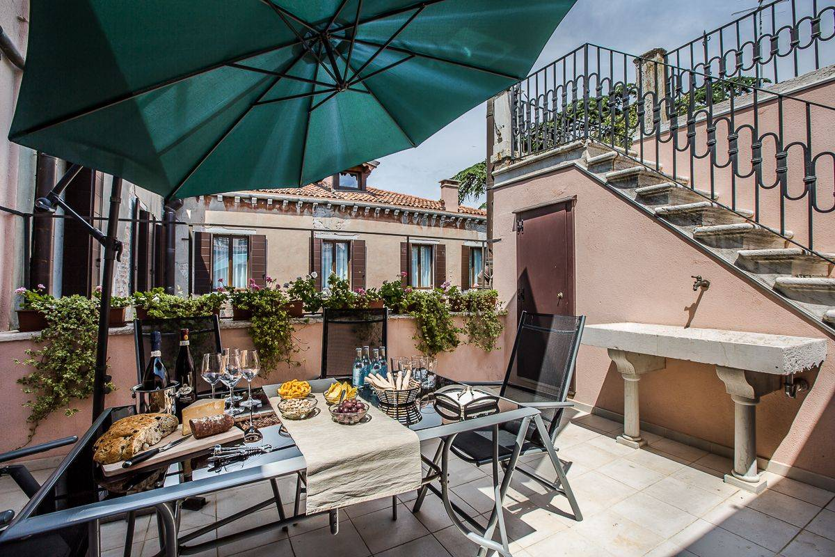 the guests of the Alighieri Palace have access to a beautiful shared terrace