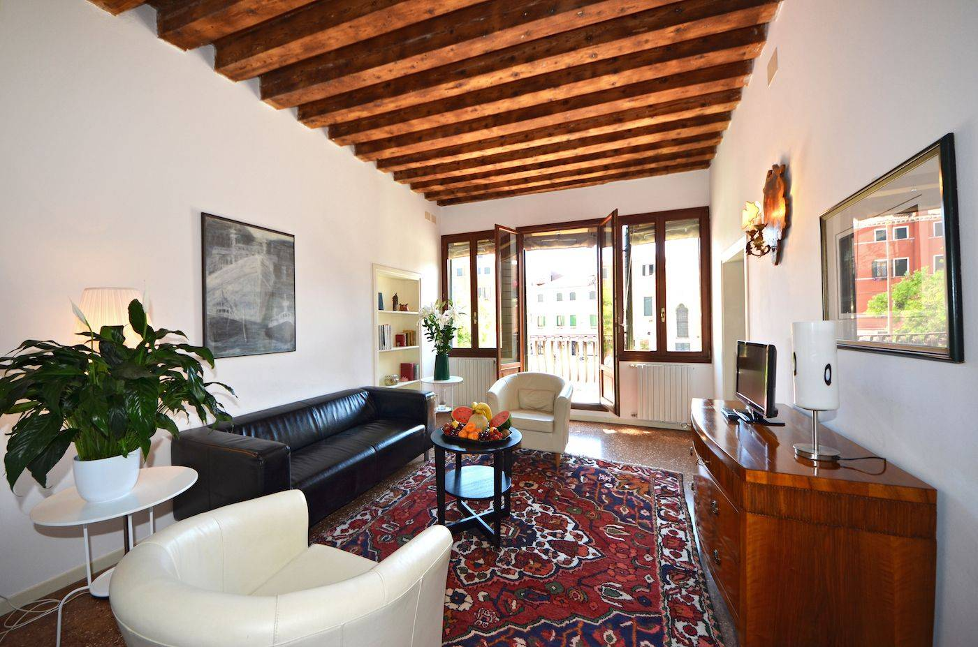 nice and cosy living room with access to the balcony on the square