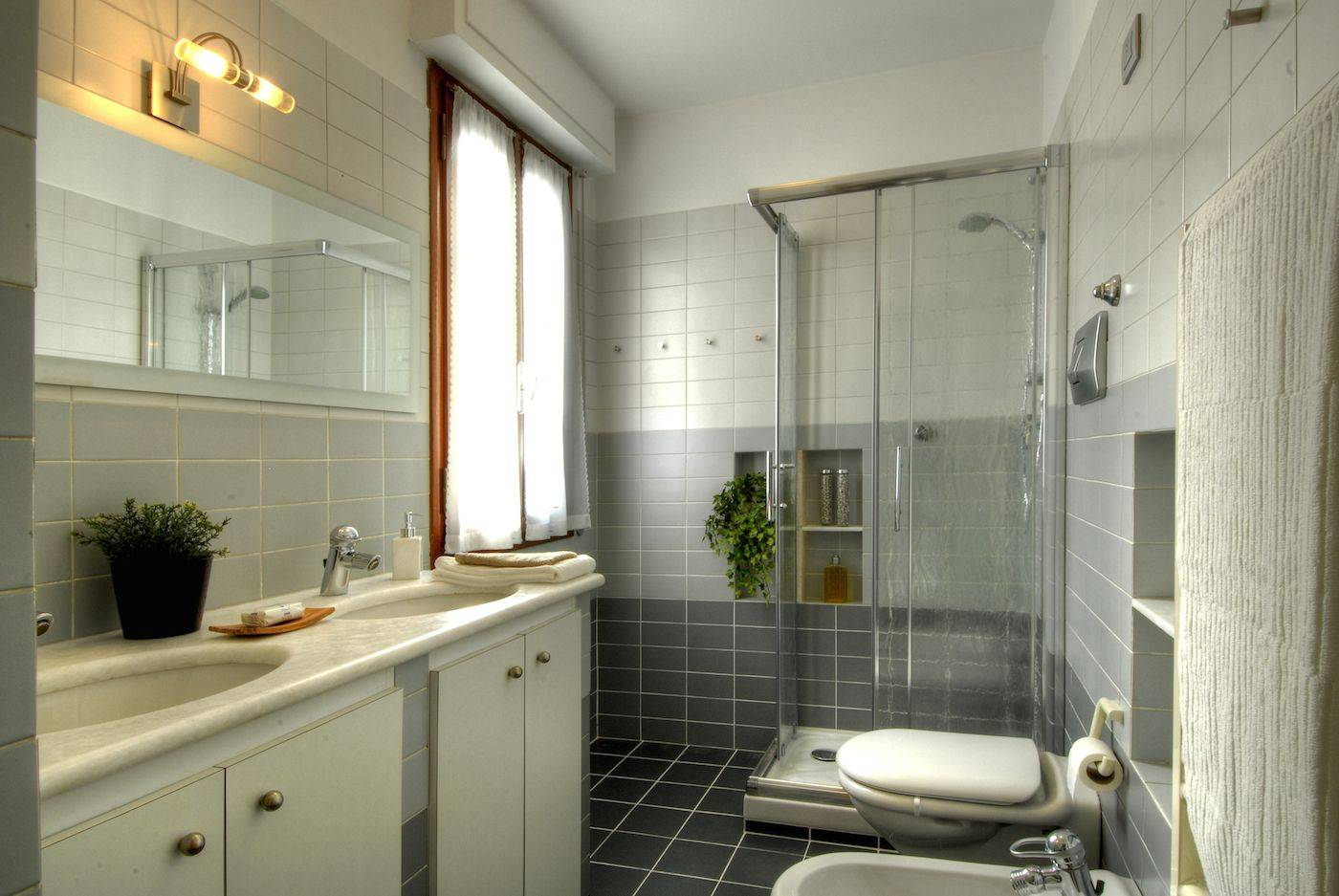 the main bathroom with large shower cabin