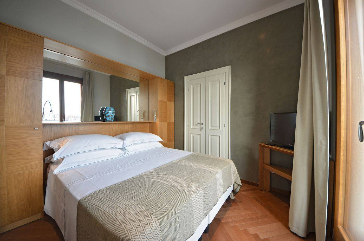 double bedroom 2 with canal view