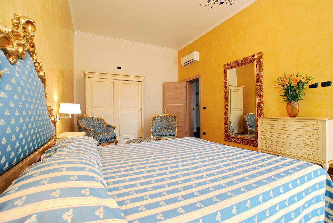 Giorgione apartment: king size bedroom with balcony on canal
