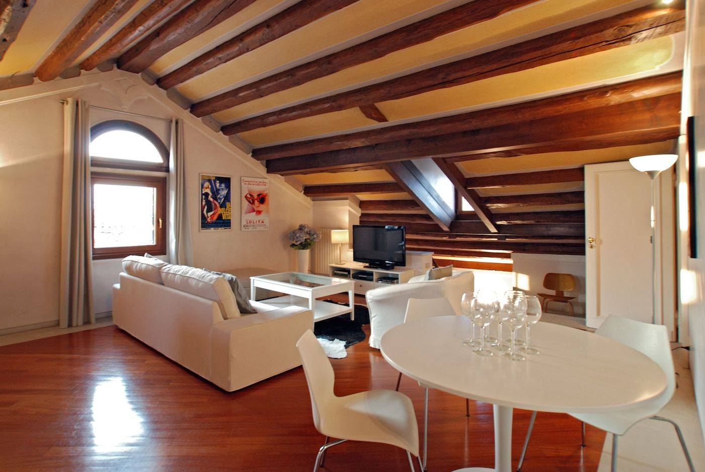 wercoming and spacious, the attic living room can be used as the 4th bedroom