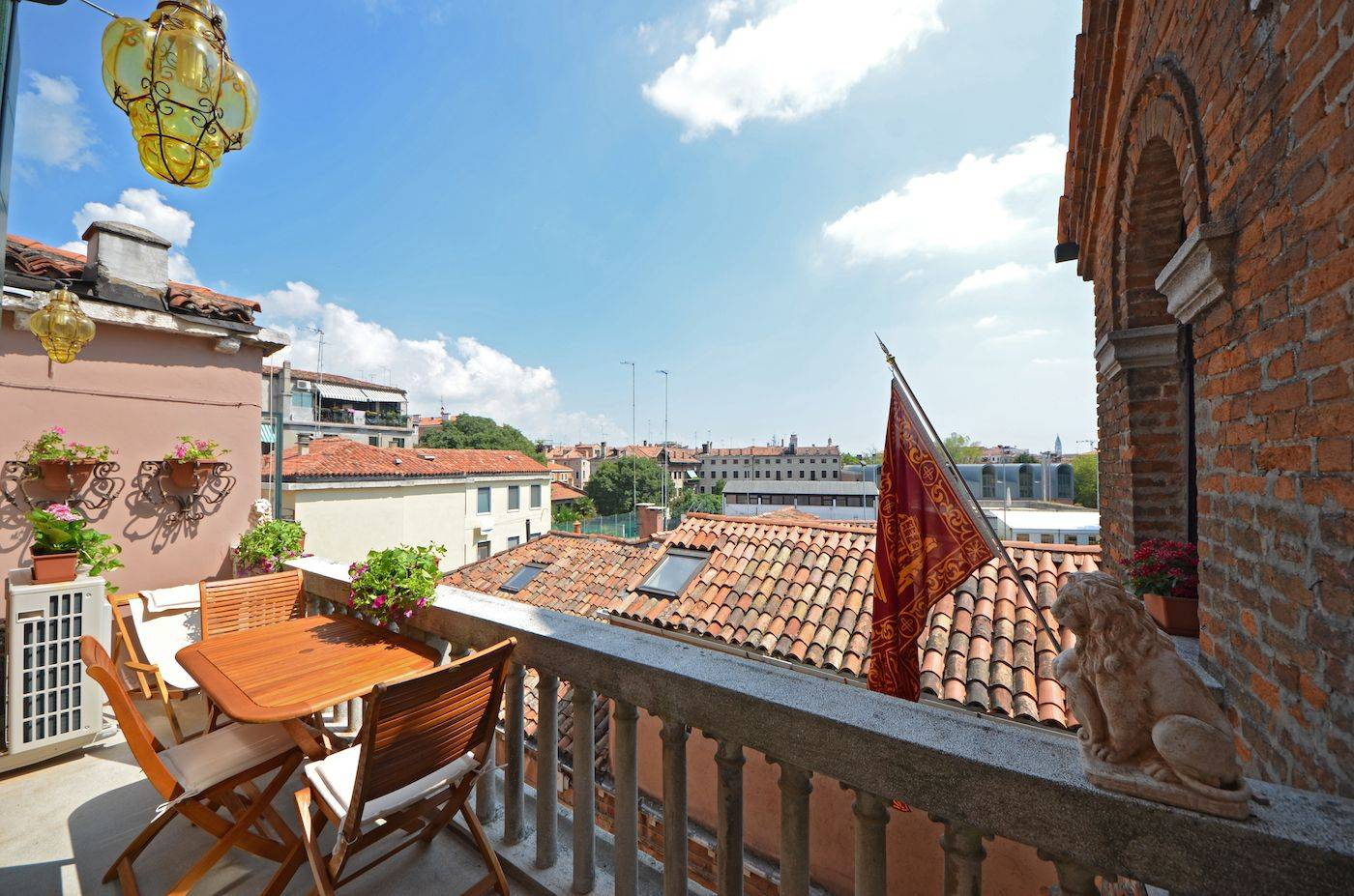 the Hemingway apartment has a sunny terrace with open view on the rooftops