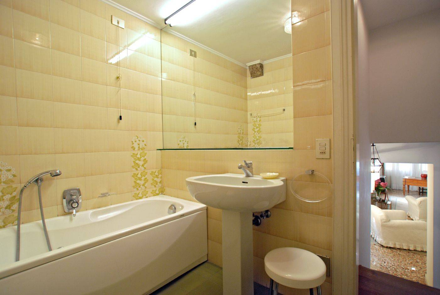the bathrooom with tub
