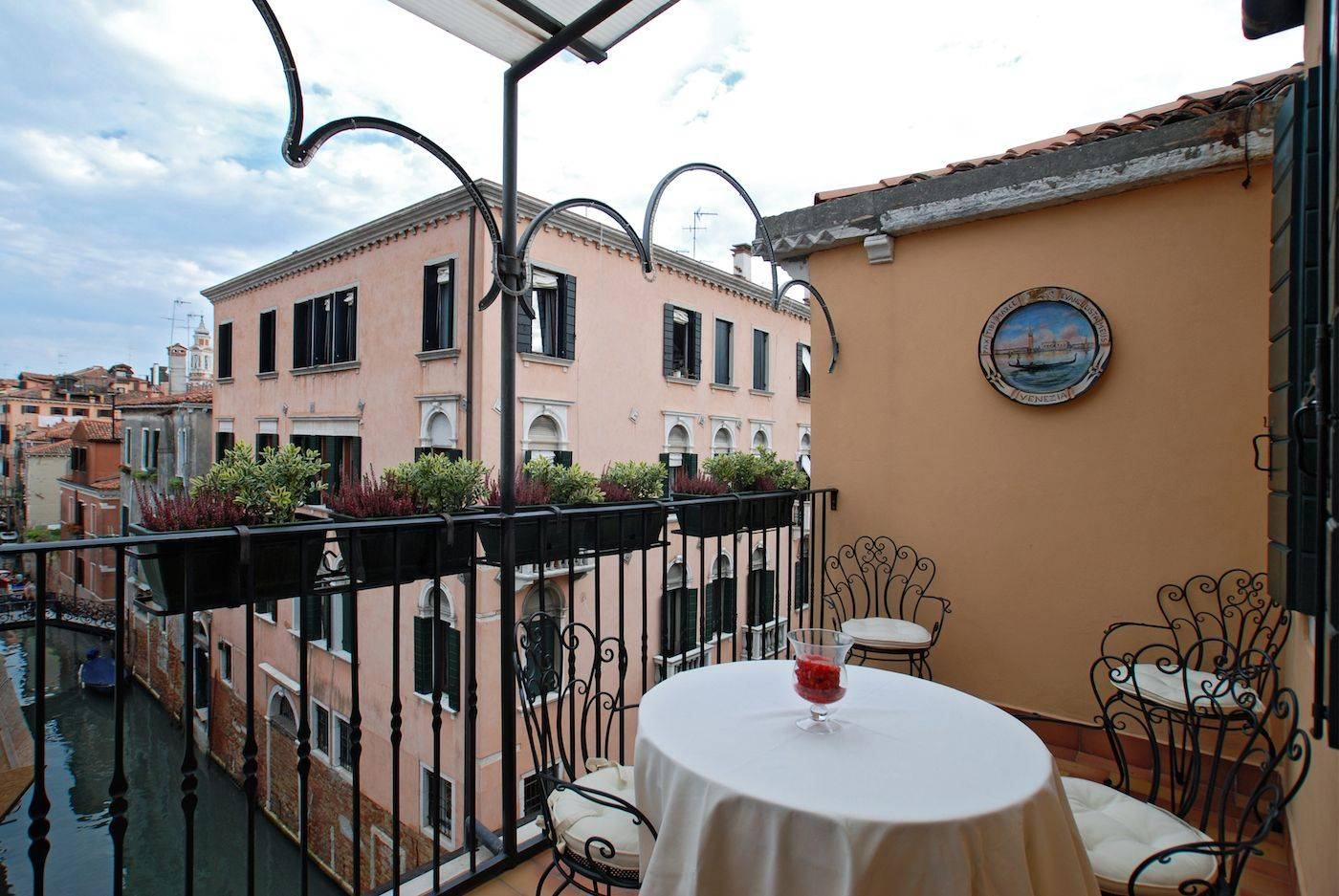 San Felice Terrace Venetian apartment with terrace and canal view