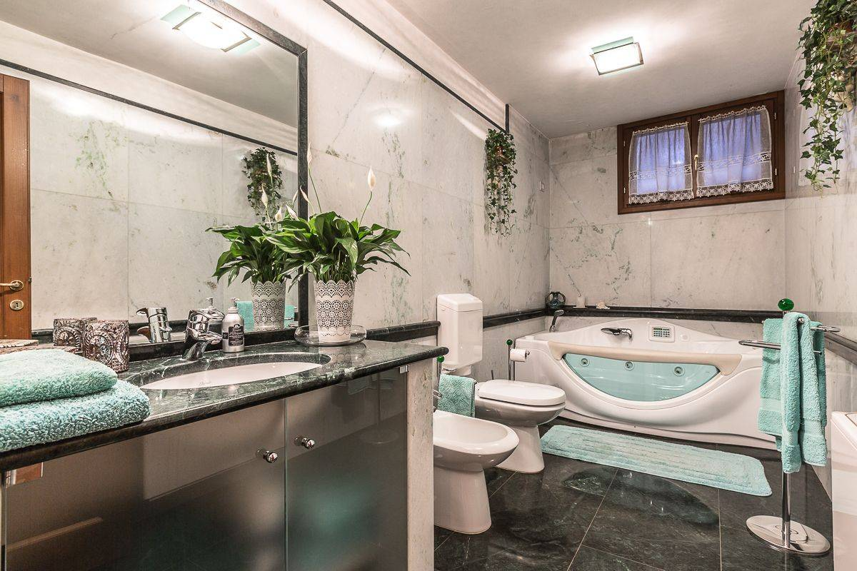 the second luxury bathroom with spa bath, white and green marbles