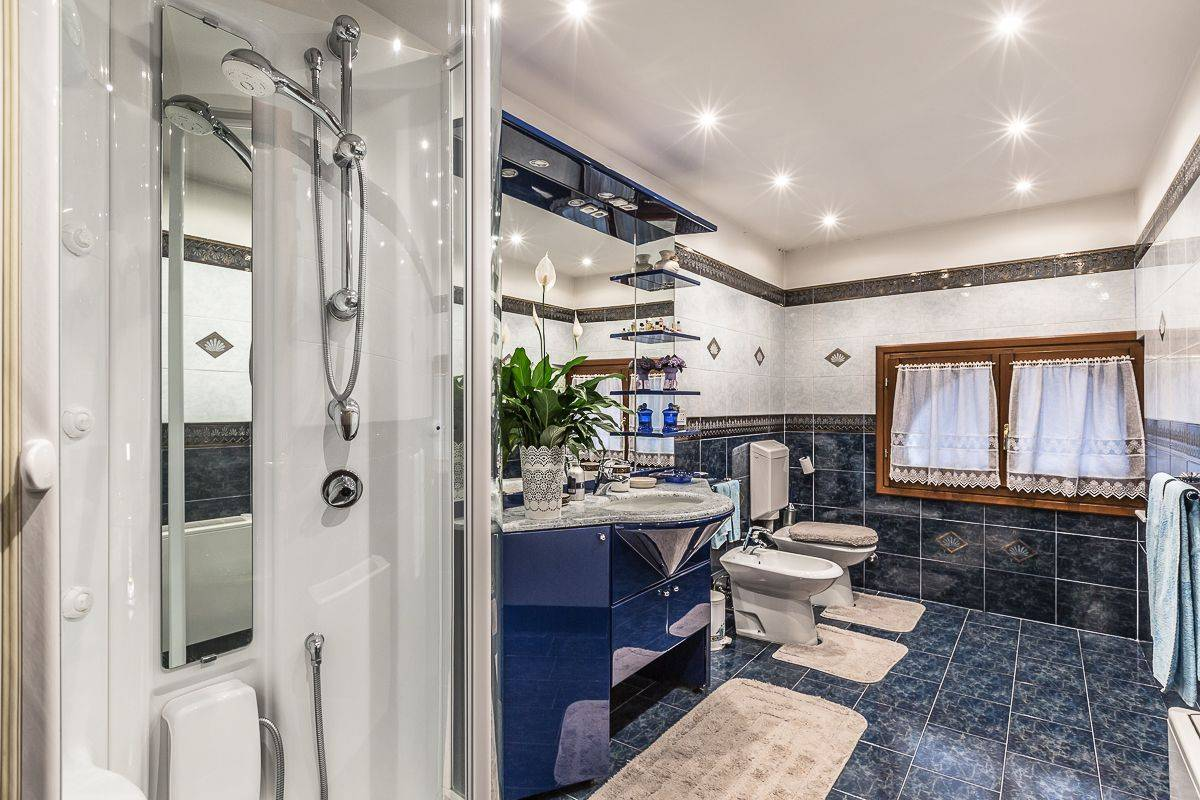 en-suite bathroom with large shower cabin