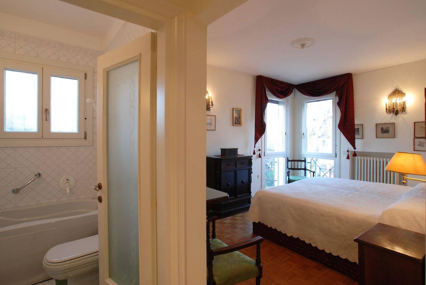 twin / double bedroom with en-suite bathroom