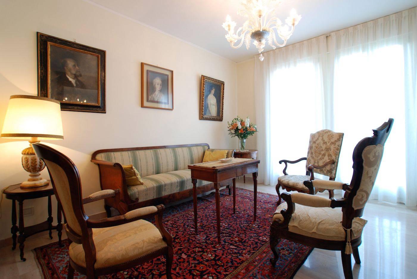 valier apartment living room