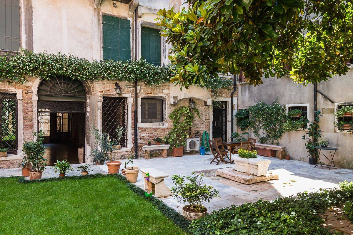 """the """"virtual tour"""" starts from the private garden of the Brunelleschi"""