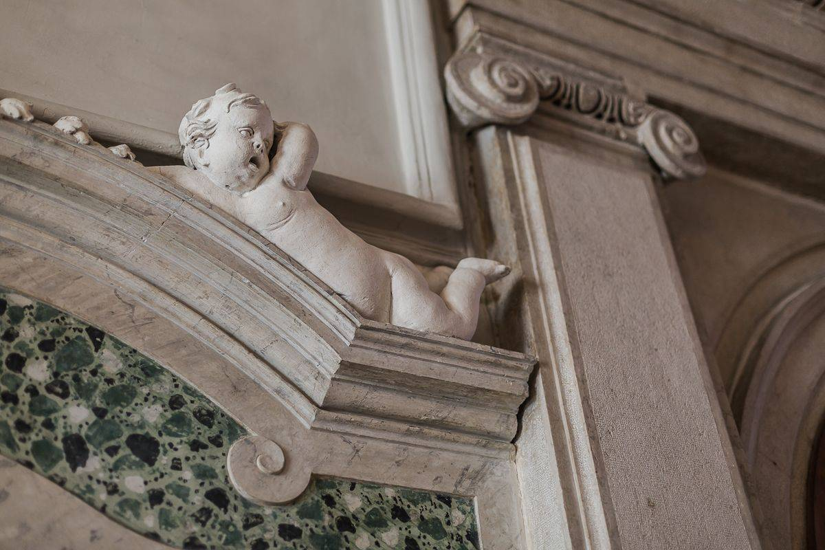 beautiful 18th century stuccoes above the portal of the Piano Nobile