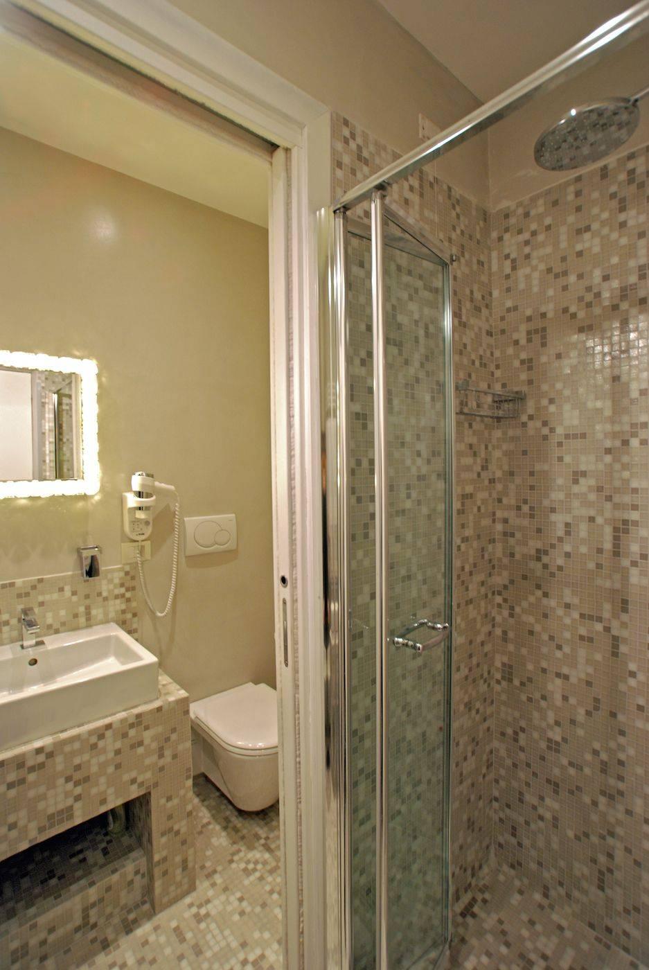 Leonina second bathroom with shower