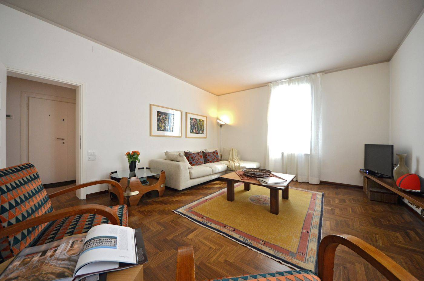 the bright and welcoming living room of the Sansovino apartment