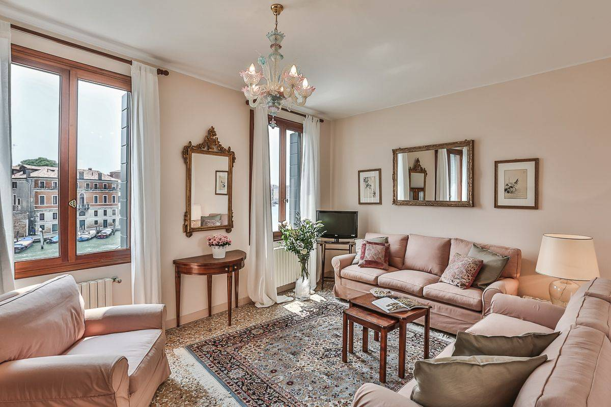the Rossini apartment living room with panoramic view on the Grand Canal