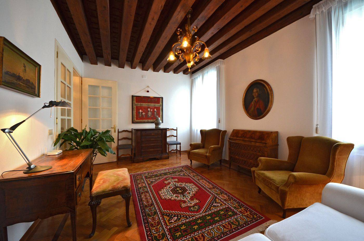 the cosy venetian style living room with Grand Canal view