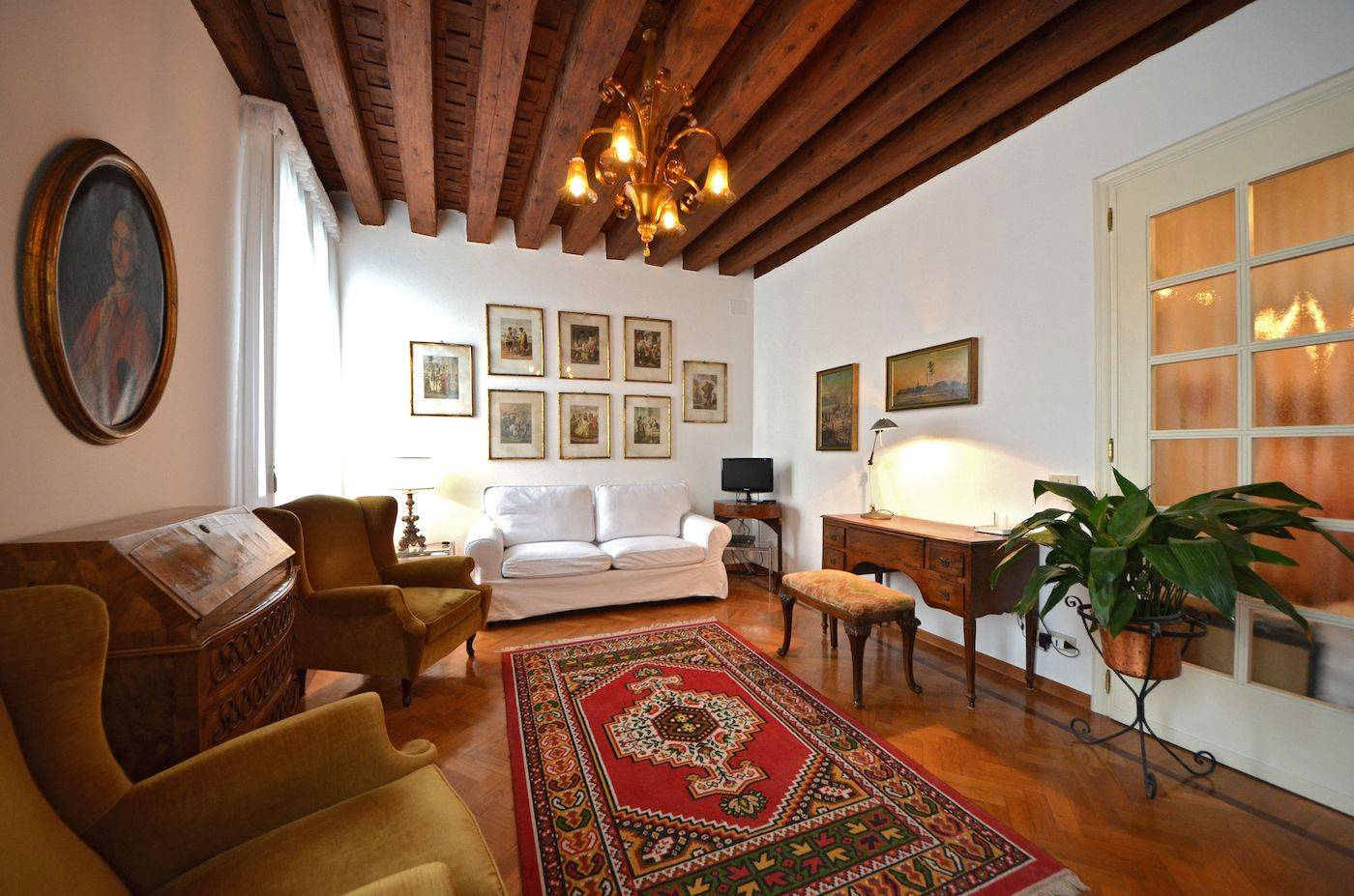 the cosy venetian style living room with canal view and pull-out bed