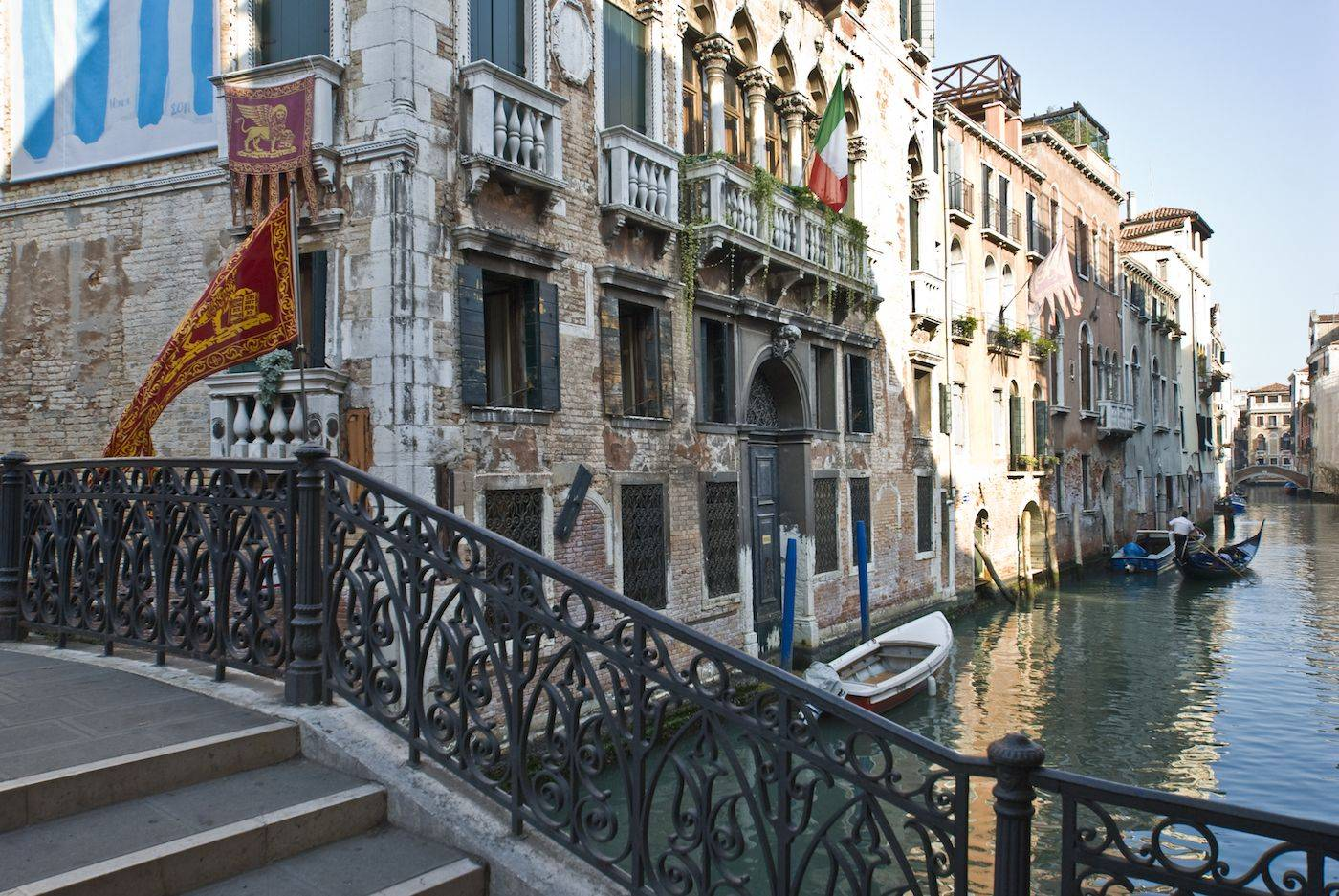 surroundings: gothic style nobiliar palaces facing picturesque canals