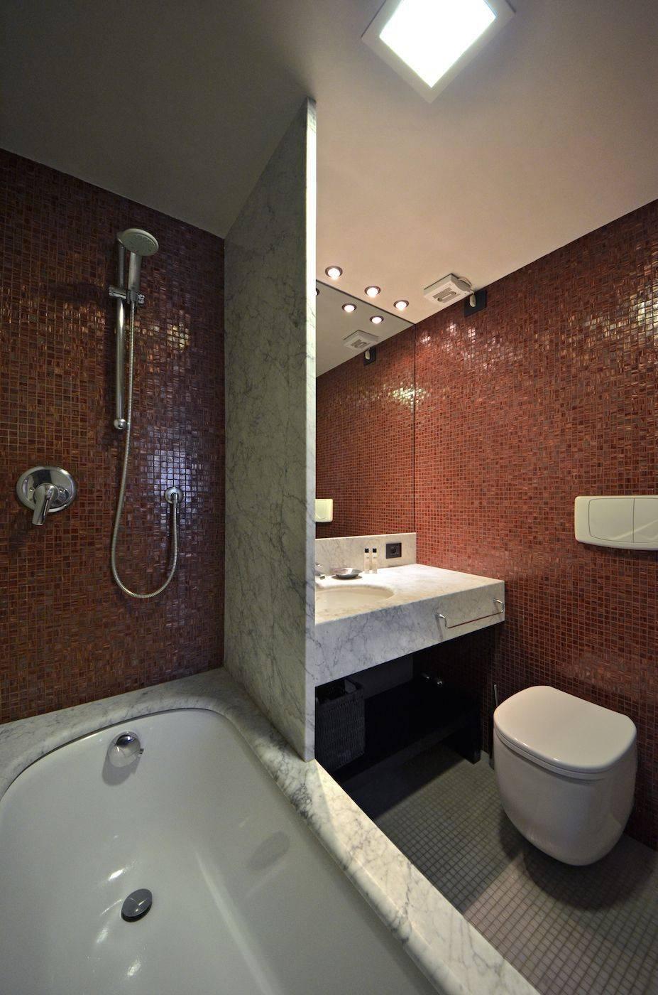 master bedroom en-suite bathroom with bathtub