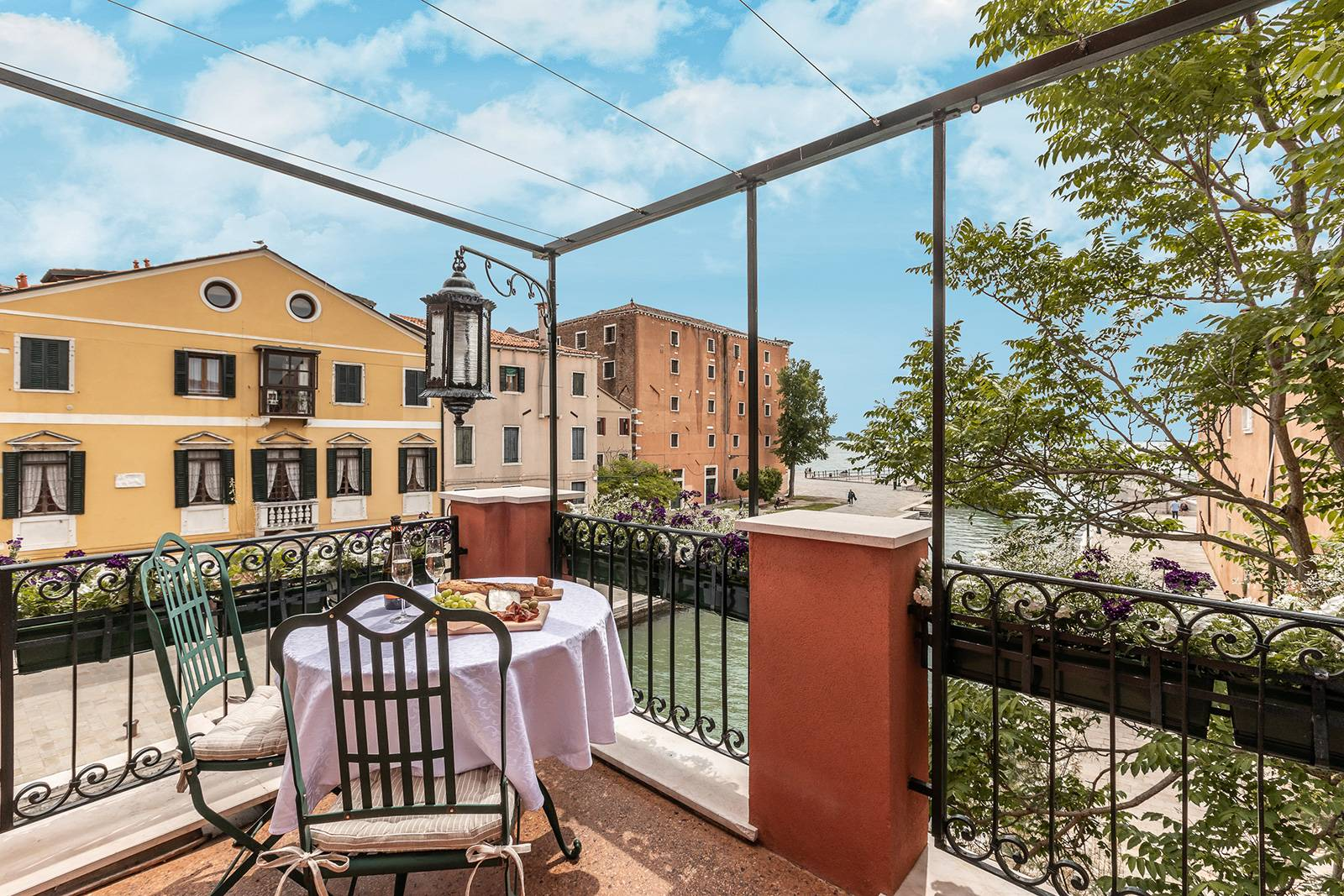 the Alcova apartment has a beautiful terrace with canal view