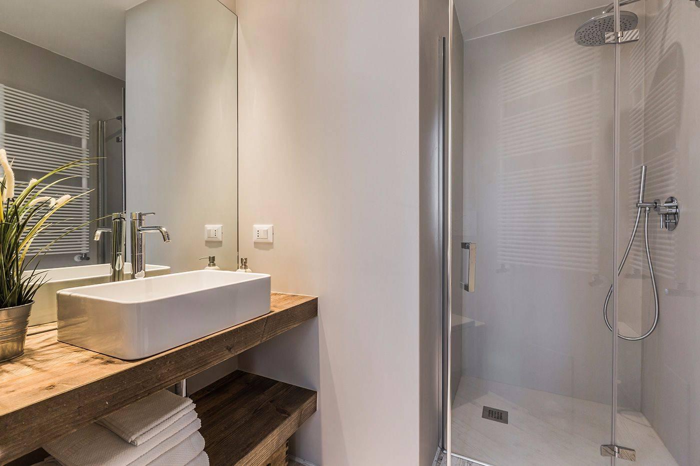 luxury en-bathroom with shower
