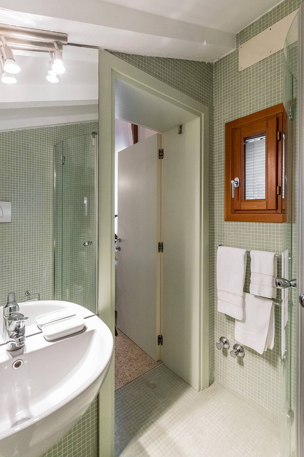 the en-suite bathroom has a shower box
