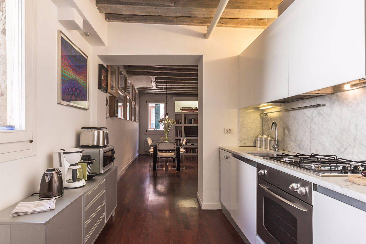 the bright and functional kitchen of the Foscarina apartment