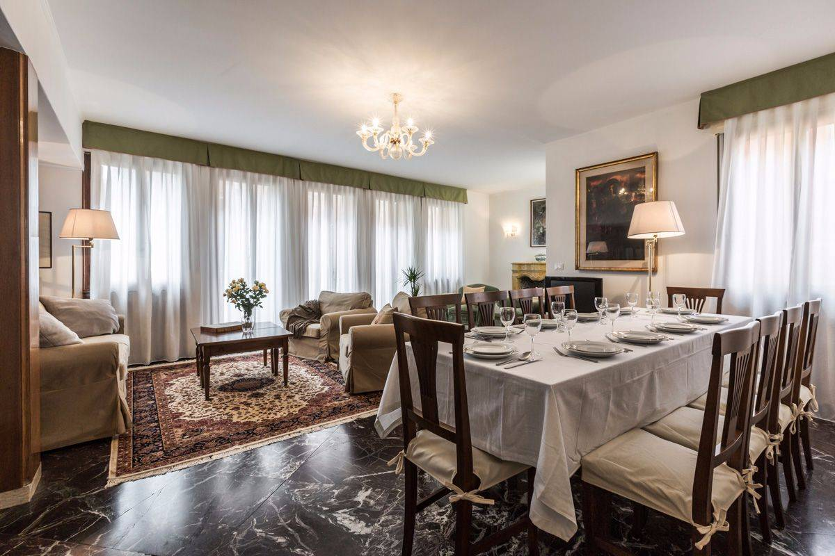 Angelo Gabriele: super spacious living room