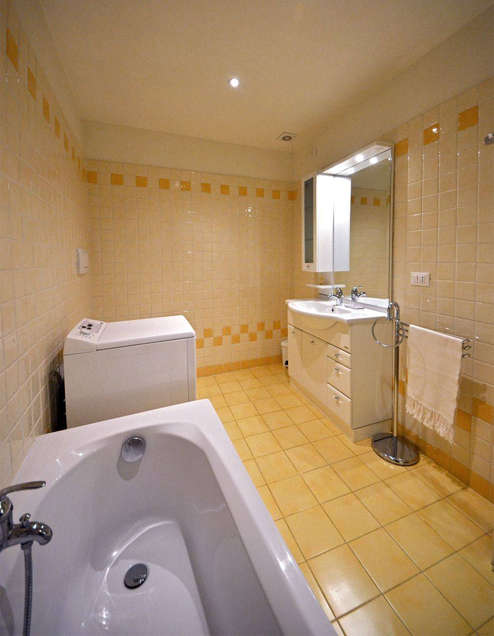 spacious bathroom 2, with bathtub and washing machine