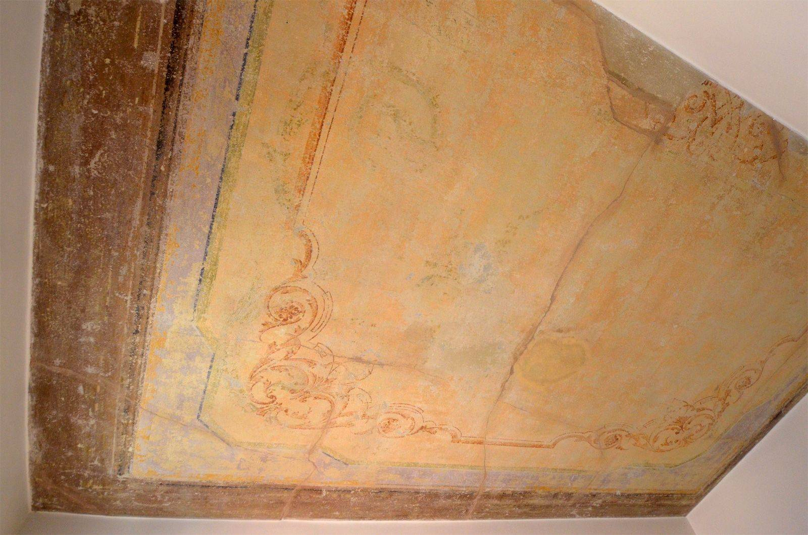 antique frescoed ceiling of the single bedroom