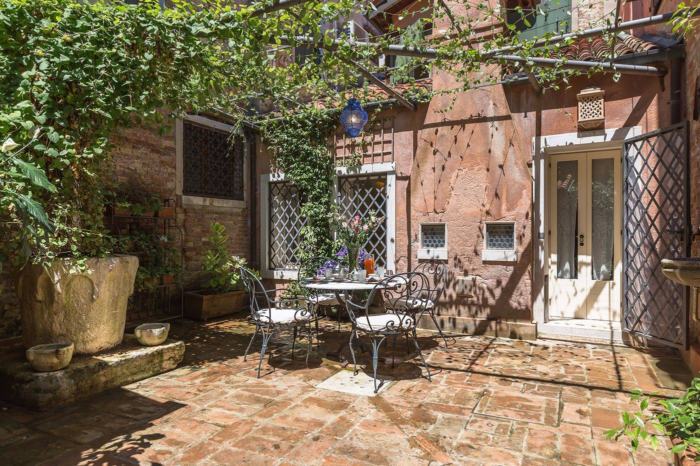 enjoy the beautiful Tintoretto apartment private courtyard