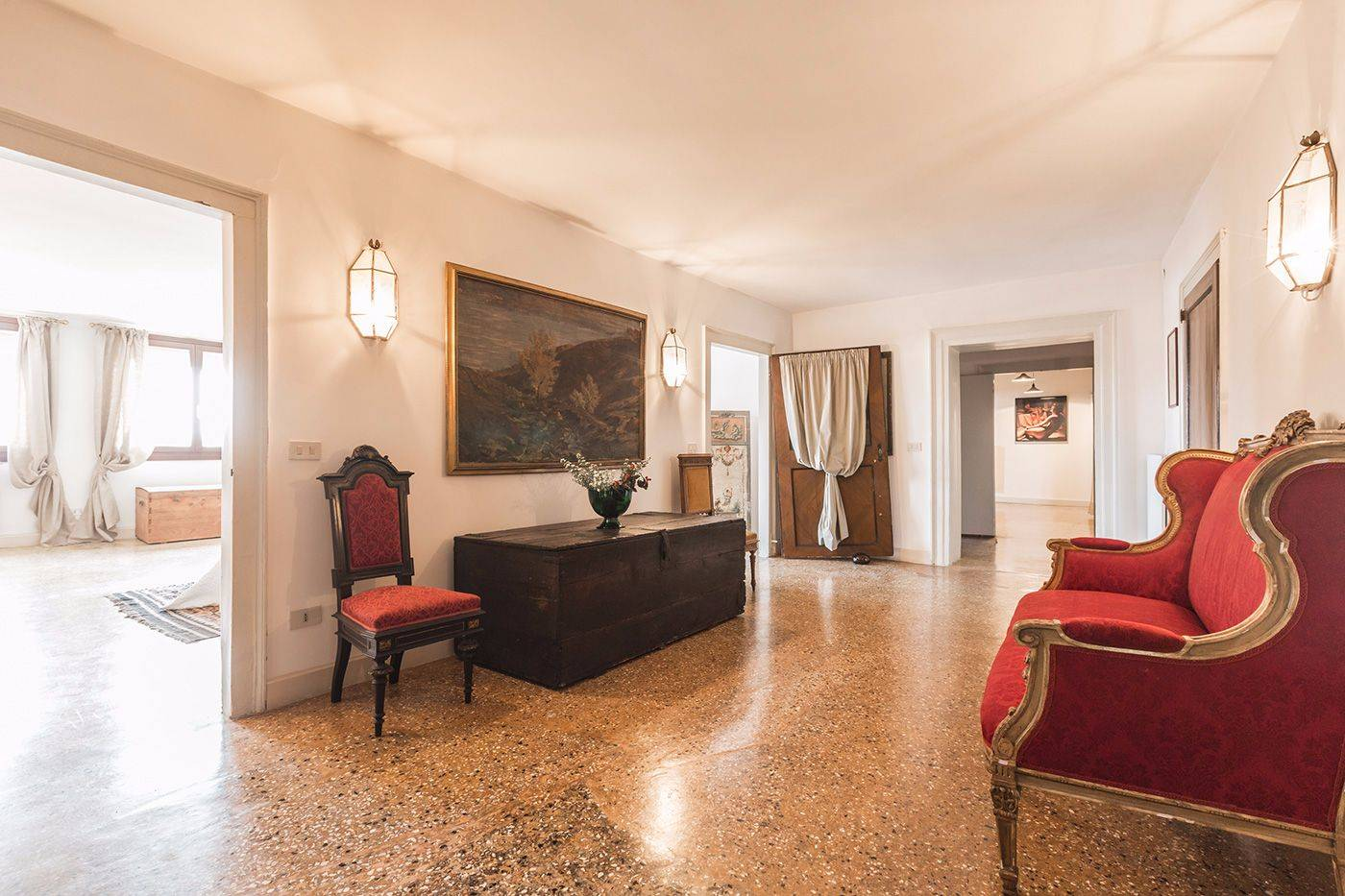 the centrally located entrance room with gives access to all bedrooms