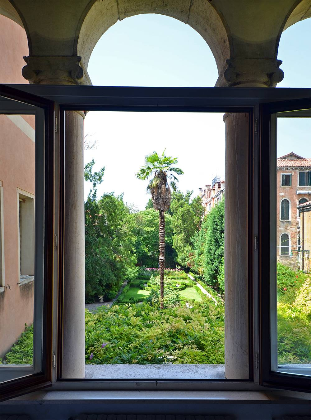 enjoy an amazing view on the garden from the trifora of the living room