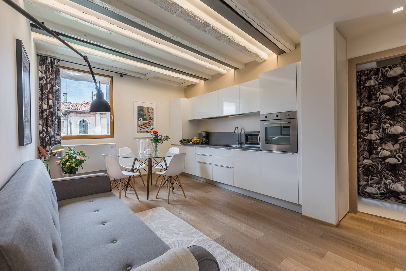 nice parquet flooring, wooden beams, fully equipped kitchen