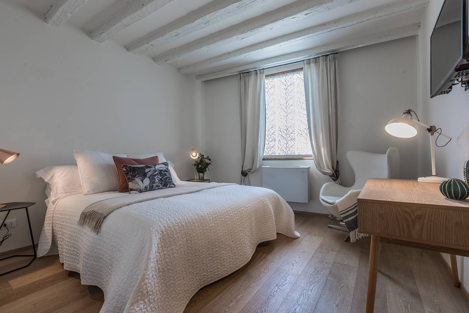 the bedroom can be used as a double with king size bed...