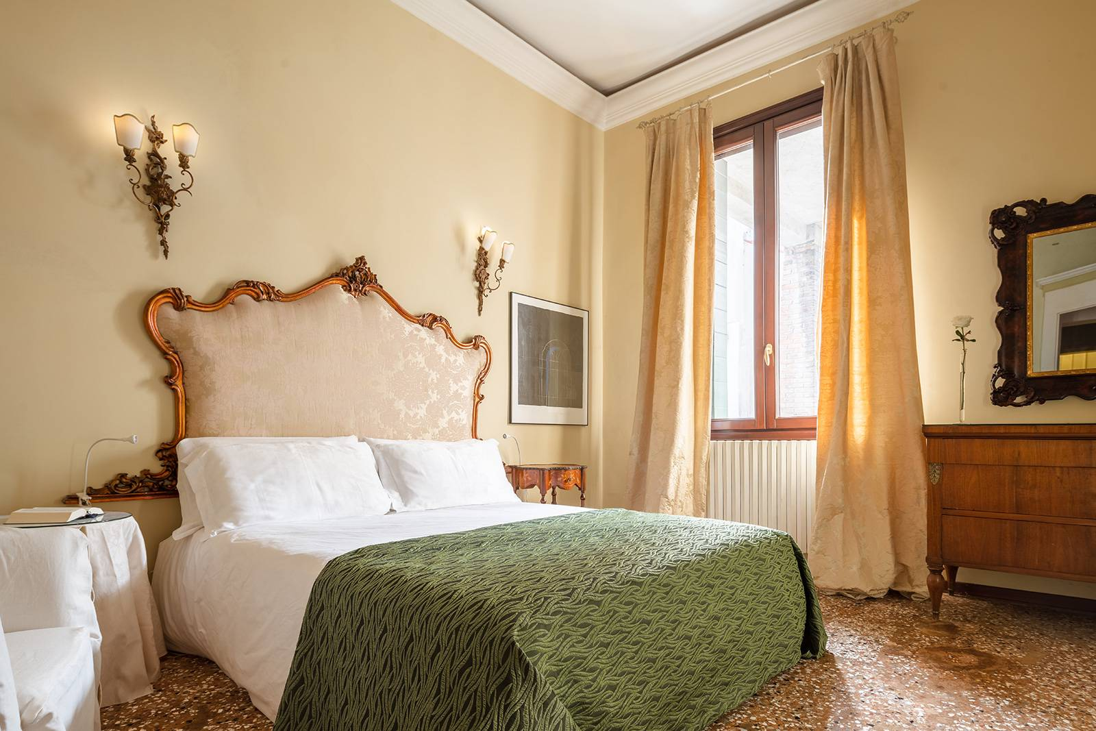 the 2 large bedrooms are furnished with king size mattresses