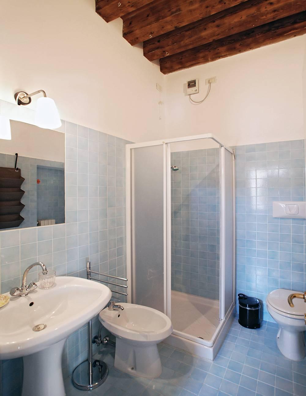 en-suite bathroom with shower