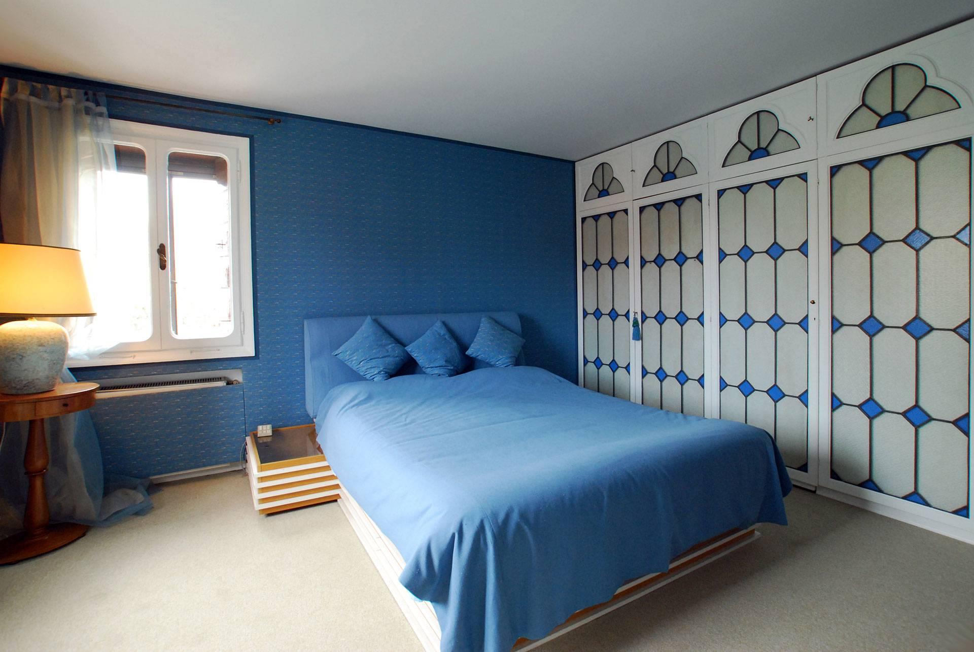 master bedroom wth en-suite bathroom