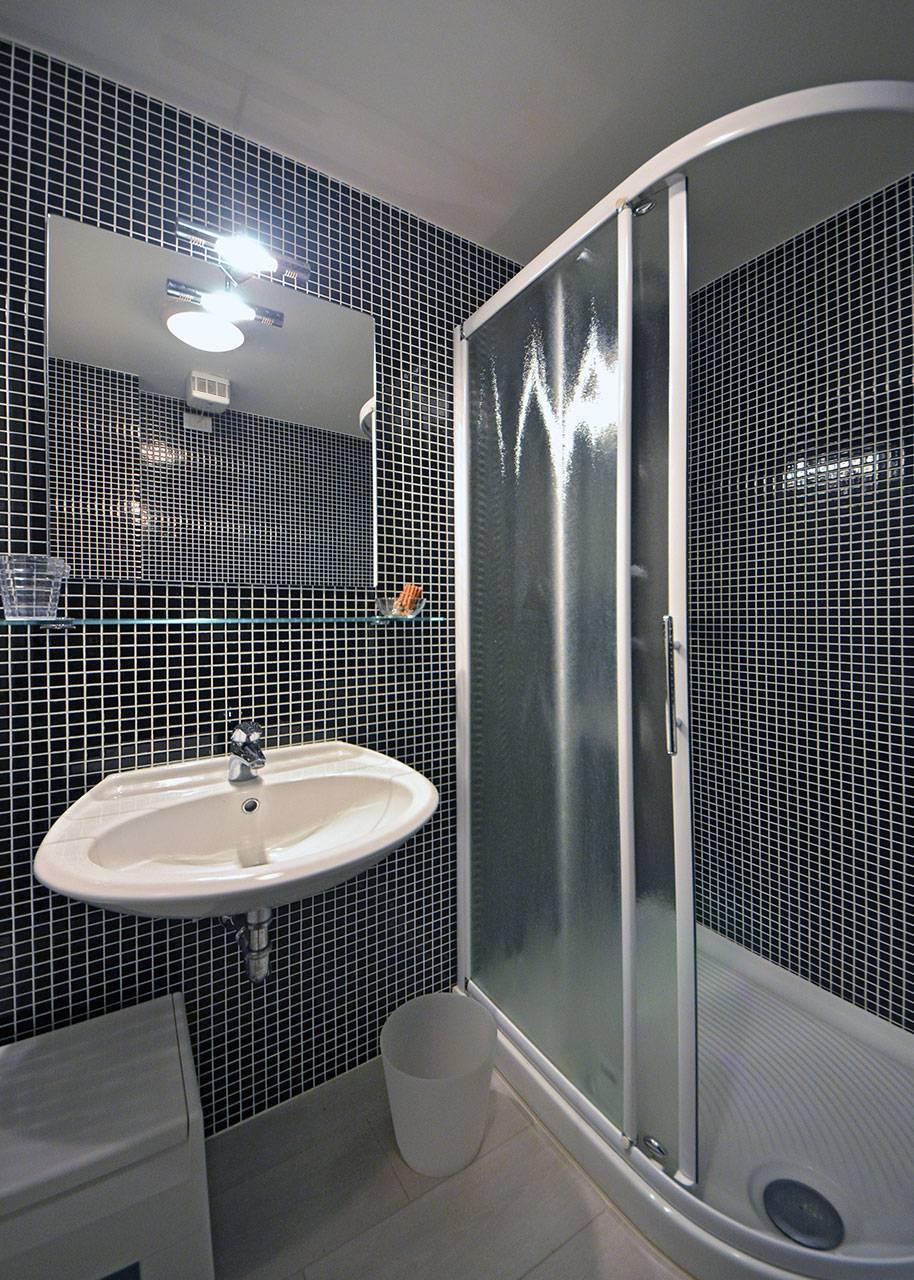 en-suite bathroom with shower cabin