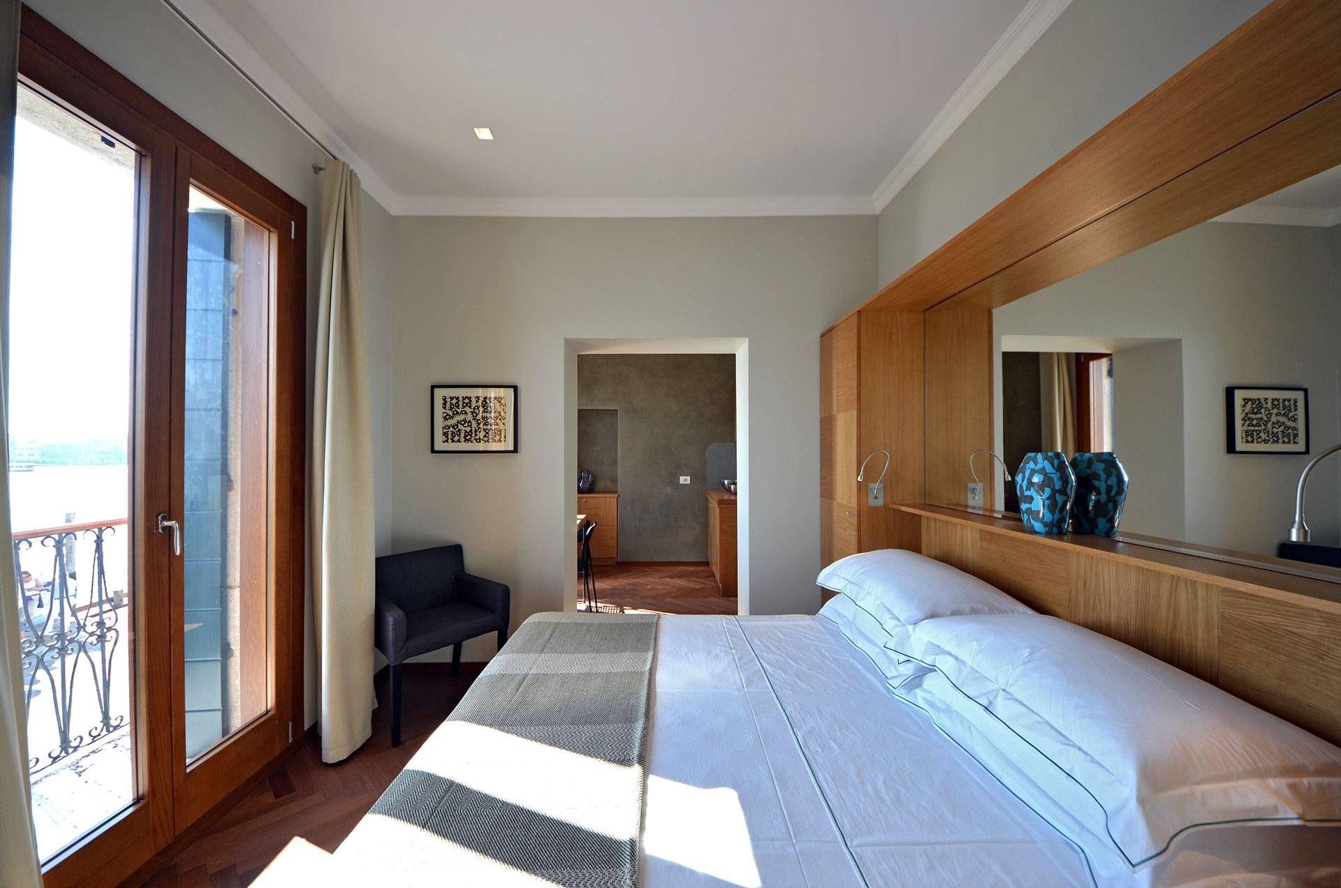 2nd double bedroom, with balcony and canal view