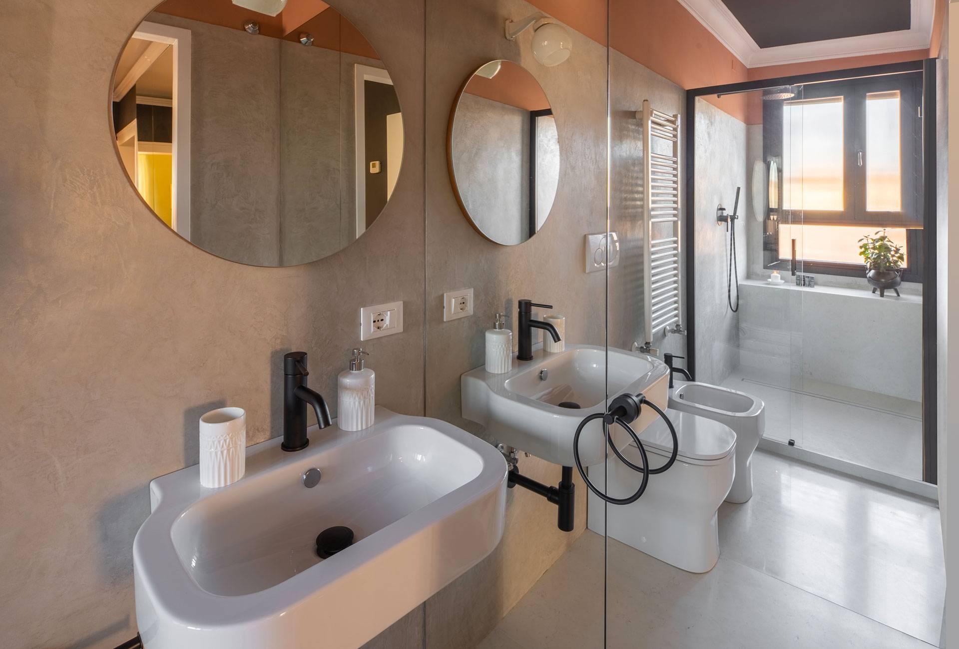 the light on the shiny Marmorino walls and mirrors reflects beautyfully