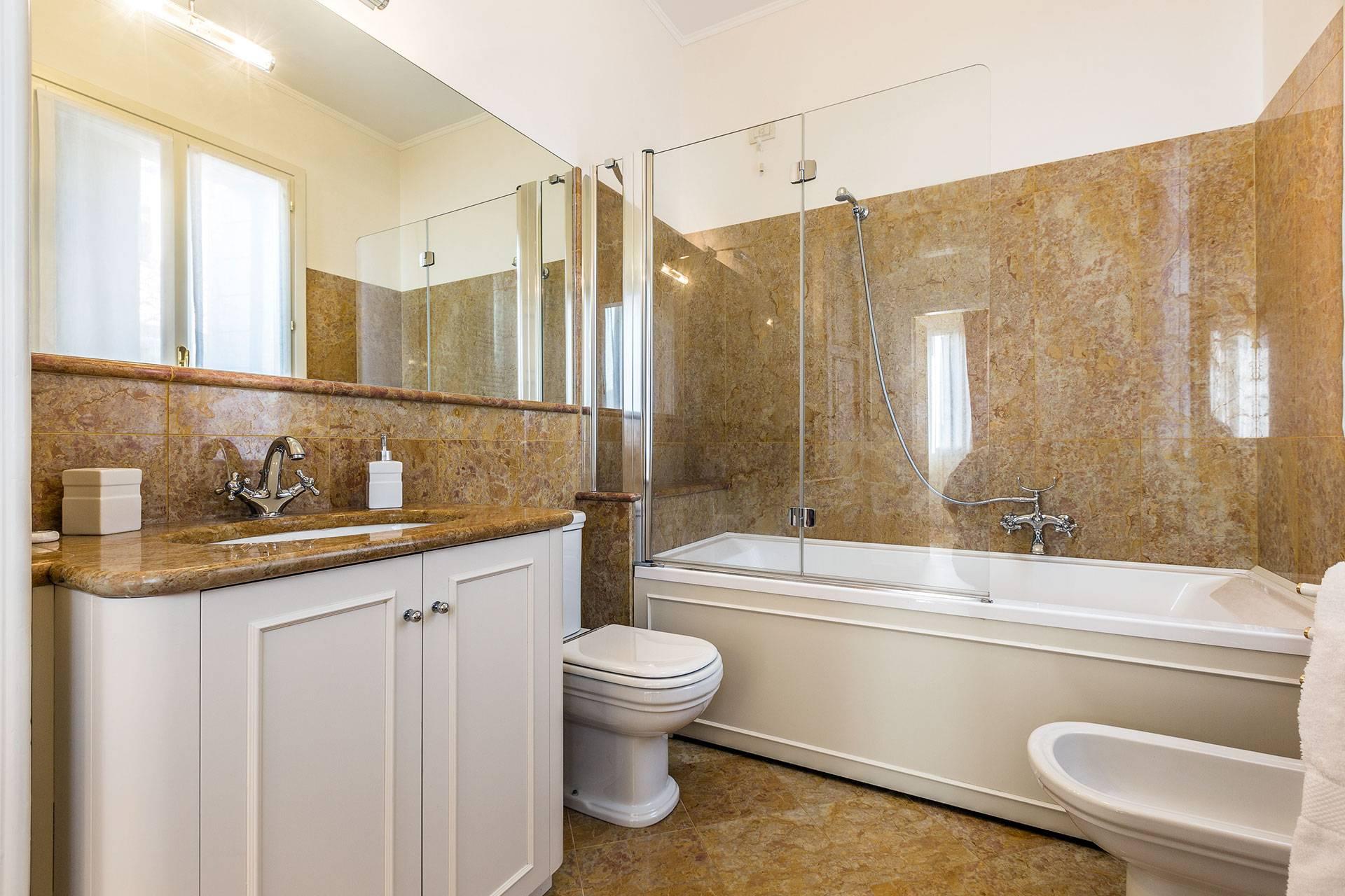 luxury en-suite bathroom with bathtub