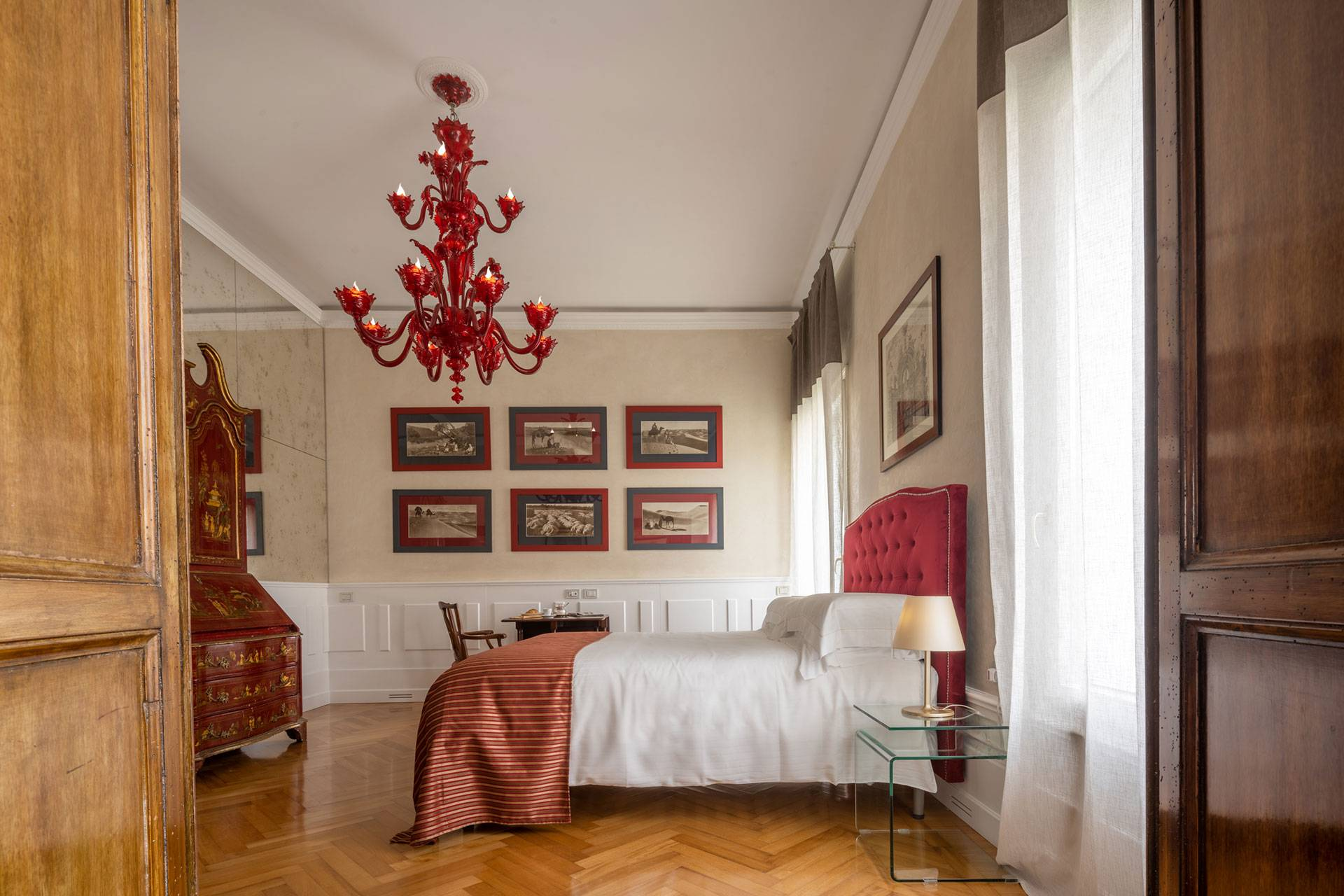 Master bedroom with Grand Canal view and en-suite bathroom